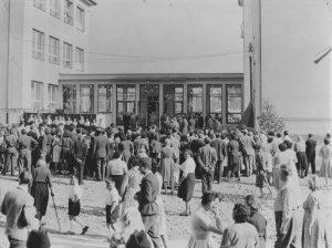 ZS Bor - 60 vyroci - Slavnostní otevření 1961 před ZŠ 3