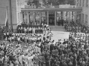 ZS Bor - 60 vyroci - Slavnostní otevření 1961 před ZŠ