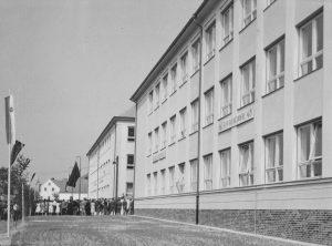 ZS Bor - 60 vyroci - Slavnostní otevření 1961 před ZŠ 5